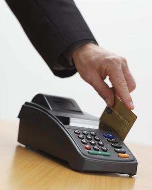 Goldene Kreditkarte mit Hochdruck